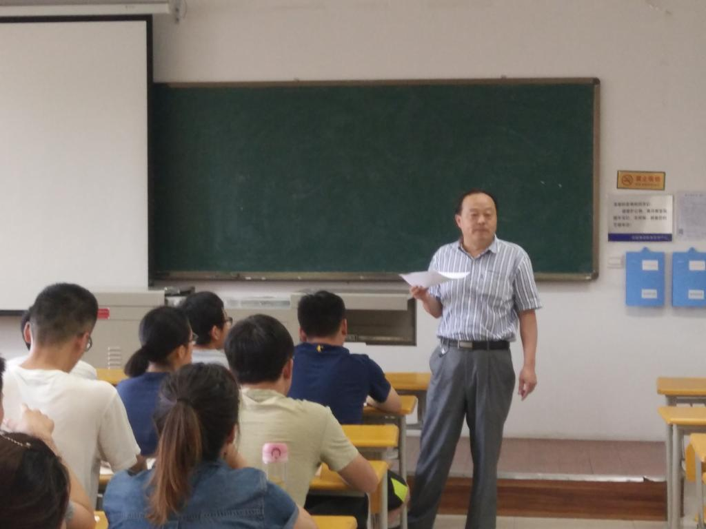 6月12日,第十三届中国研究生电子设计竞赛赛前培训会在我校长安校区东区成功举行。电子工程学院葛海波教授、17年西北赛区一等奖获得者左金鑫以及各参赛团队代表参加了本次培训会。 本次会议主要由三个环节组成。首先,葛海波对研电赛比赛的内容和注意事项进行讲解并提出几点建议;随后,他对20组参赛作品进行一一指导;最后,左金鑫分享了去年的比赛经验。  会上,葛海波特别强调,参赛者一定要对自己的作品内容和思想进行深入挖掘,体现出其特点与创新。20组参赛队员纷纷阐述了团队作品,并得到了相关指导。左金鑫对比赛当天需要注意的